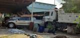 Xe ben tông người đi đường rồi lao vào nhà dân tông xe bán tải