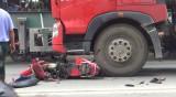 Xe máy bốc cháy sau va chạm liên hoàn với hai xe container