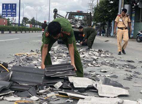 Cảnh sát Giao thông thu gom hàng ngàn viên ngói rơi vãi trên đường