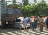 Xe du lịch lao vào đuôi xe tải, tài xế chết kẹt trong xe