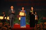 Bà Trương Thị Bích Hạnh, Chủ tịch LĐLĐ tỉnh nhận giải thưởng Nguyễn Văn Linh