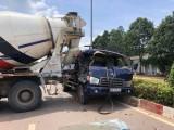 Va chạm  giữa xe tải và xe bồn, tài xế bị thương