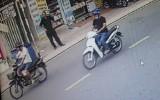 Lợi dụng trời mưa để... trộm xe máy