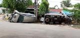 5 người mắc kẹt trong chiếc xe Innova bị lật
