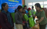 平阳省公安厅妇女会慰问边境地区同胞并赠送礼品