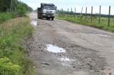 Đường giao thông nông thôn bị hư hỏng vì xe ben