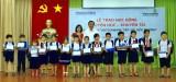 Vietcombank北平阳分行向槟吉市困难学生发放235份奖学金与礼物