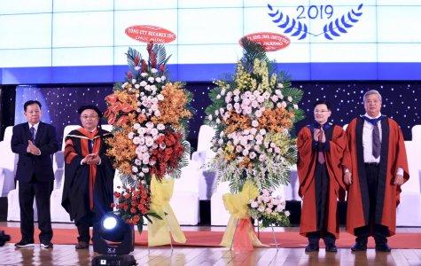 东方国际大学的200多名大学生获得毕业证书