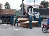 Lực lượng dân quân tự vệ thu gom hàng trăm tấm ván ép bị đánh rơi trên đường Mỹ Phước - Tân Vạn
