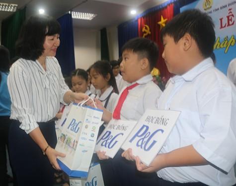 接力贫困儿童上学