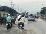 Nước ngập, gây khó cho người đi đường