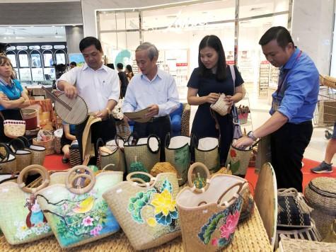 Phong phú các mặt hàng tại phiên chợ hàng Việt