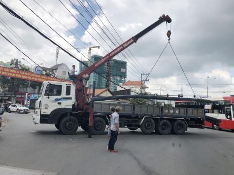 Xe container đánh rơi nhiều cây sắt khi đang lưu thông trên đường