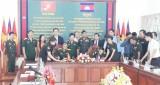 Ký kết biên bản hợp tác giữa Ban Chỉ huy quân sự TX.Bến Cát với Chi khu quân sự Koh Thom, Campuchia