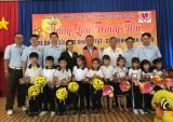 为特困儿童举行中秋节活动