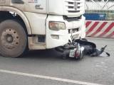 Container kéo lê xe máy trên Quốc lộ 13