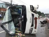 Xe khách tông dải phân cách, nhiều hành khách bị thương
