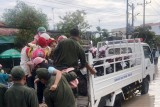 Công an TX.Bến Cát: Hỗ trợ người dân ra khỏi khu vực ngập úng