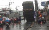 Lại xảy ra xe container rớt rơ moóc khiến người đi đường hốt hoảng