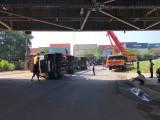 Xe container lật khi chạy vào đường cấm