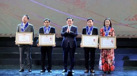 河内首都解放65周年:近200家企业受表彰