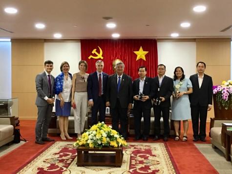 平阳省领导人会见剑桥国际学校领导人