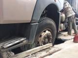 Xe tải lấn đường, làm hư hỏng nhiều nắp cống