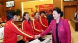 越南国会主席阮氏金银会见越南国家女子足球队
