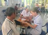 Bắc Tân Uyên: Khám bệnh, tặng quà cho đối tượng chính sách