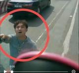 Mâu thuẫn khi tham gia giao thông, một thanh niên rút kiếm chém nát kính ô tô