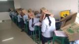 Ấn Độ: Bắt sinh viên đội thùng carton lên đầu để tránh quay cóp