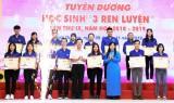 """省共青团向121名年轻教师和讲师、高中团干部和获得""""三个磨练""""的学生进行表彰"""