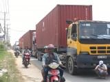 Xe container đậu lấn chiếm làn đường xe máy trên quốc lộ 13