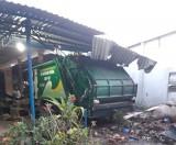 Xe chở rác tông vào nhà dân, nhiều người bị thương