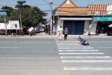Tạm dừng công việc, cảnh sát giao thông dắt cụ bà đau chân qua đường