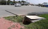 Hố sâu sát mép đường, nguy hiểm chực chờ