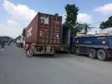 Xe tải ngang nhiên đậu đỗ dưới lòng đường: Tiềm ẩn nguy cơ tai nạn giao thông