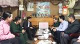 Thăm, tặng quà cán bộ, chiến sỹ và thân nhân liệt sỹ tỉnh Lào Cai