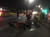 3 người trên xe máy ngã xuống đường, 1 người bị container cán chết