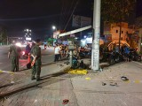 2 thanh niên tử vong khi lao xe vào cột đèn
