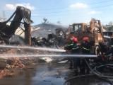 Lực lượng chức năng nỗ lực dập tắt đám cháy nhà xưởng