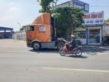 Lưu thông vào làn xe máy, xe đầu kéo gây tai nạn chết người