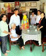Đoàn lãnh đạo tỉnh thăm, tặng quà tại huyện Dầu Tiếng