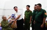 Thăm, tặng quà tết cho mẹ Việt Nam anh hùng