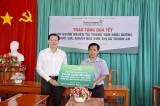 Vietcombank Bình Dương thăm, chúc tết và tặng quà cho người già neo đơn