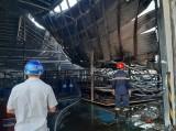 Lực lượng chức năng nỗ lực dập đám cháy tại công ty gỗ