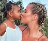 Trẻ bị ảnh hưởng thế nào khi bị người lớn ép ôm hôn