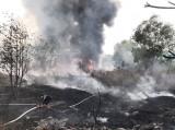 Dập tắt đám cháy ở bãi phế liệu