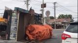 2 cuộn tôn trên xe tải rơi xuống đường, nhiều người thoát chết!