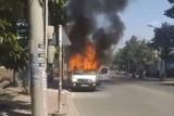 Ô tô bốc cháy trơ khung trên đường
